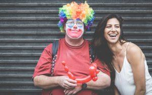 Clown und lachende Frau