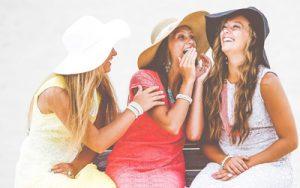 Lachende junge Frauen
